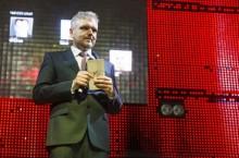 Президент компании «Вятка девелопмент» Олег Кочкин вручил премию Никите Белых